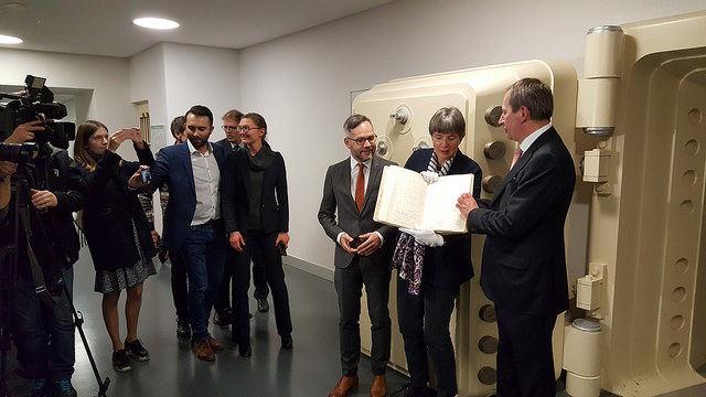 Lietuvos ambasadorius Vokietijoje D.Matulionis  apžiūri Vasario 16-osios akto originalą
