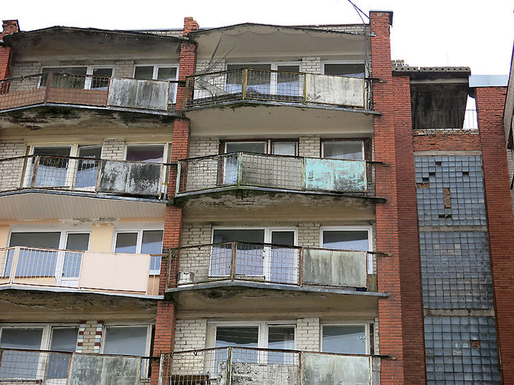 Pasak ilgamečio architekto Vincento Paulausko, namo balkonai nebeatsparūs drėgmei, dėl to rūdija juos laikančios konstrukcijos