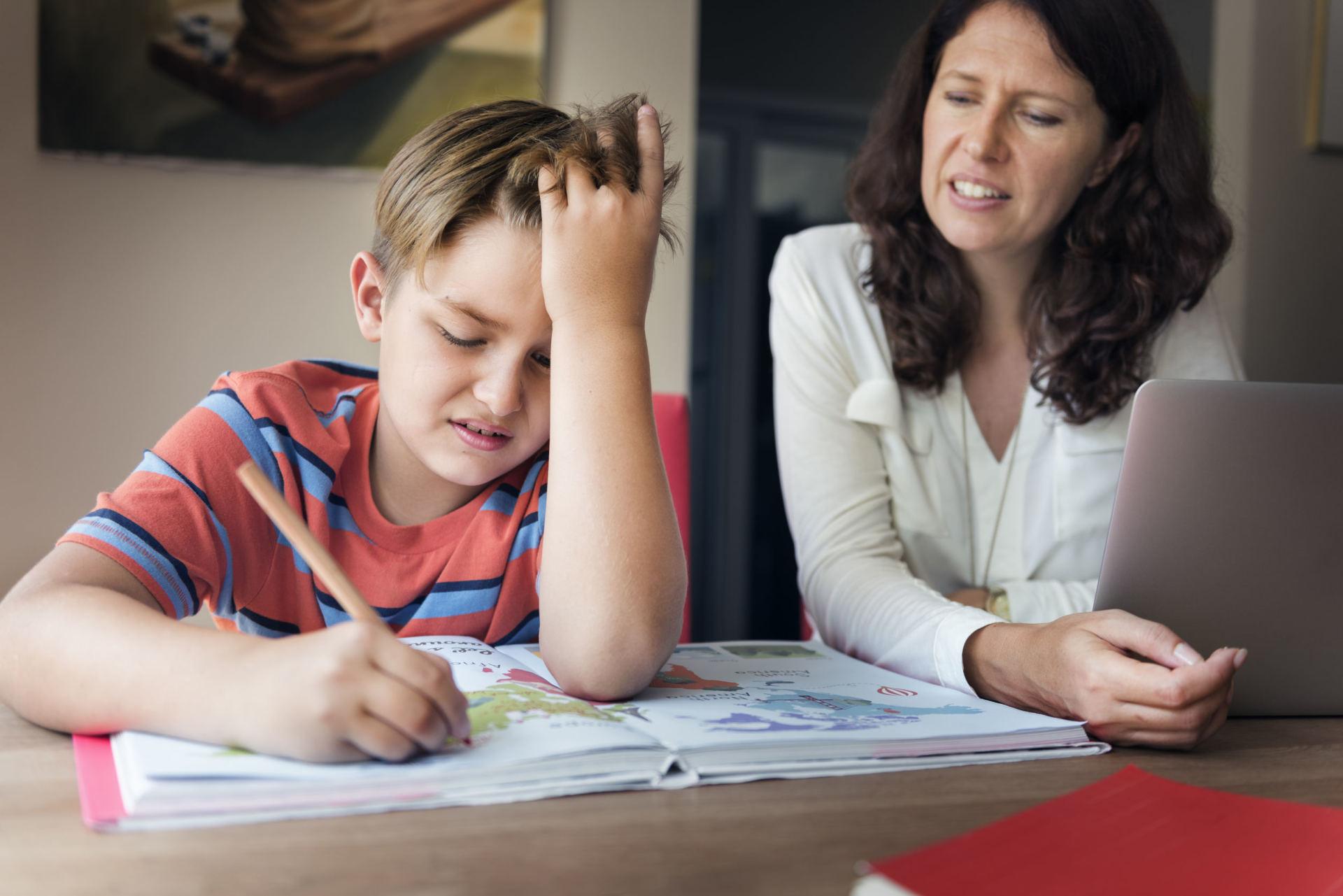Kas nutinka, kai tėvai sprendžia vaiko namų darbus?