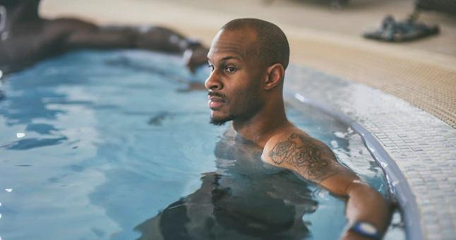 """D.Ewingas ir kiti """"Neptūno"""" krepšininkai po pirmųjų LKL serijos dėl bronzos rungtynių apsilankė vandens komplekse."""