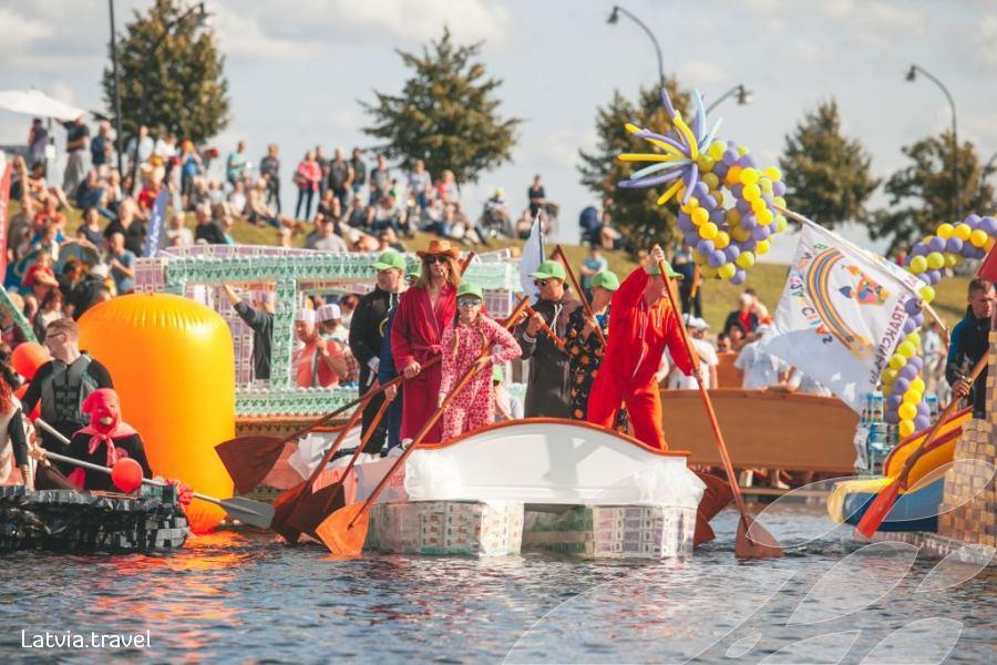 Latvijos pieno, duonos ir medaus šventė ir valčių iš pieno pakelių regata