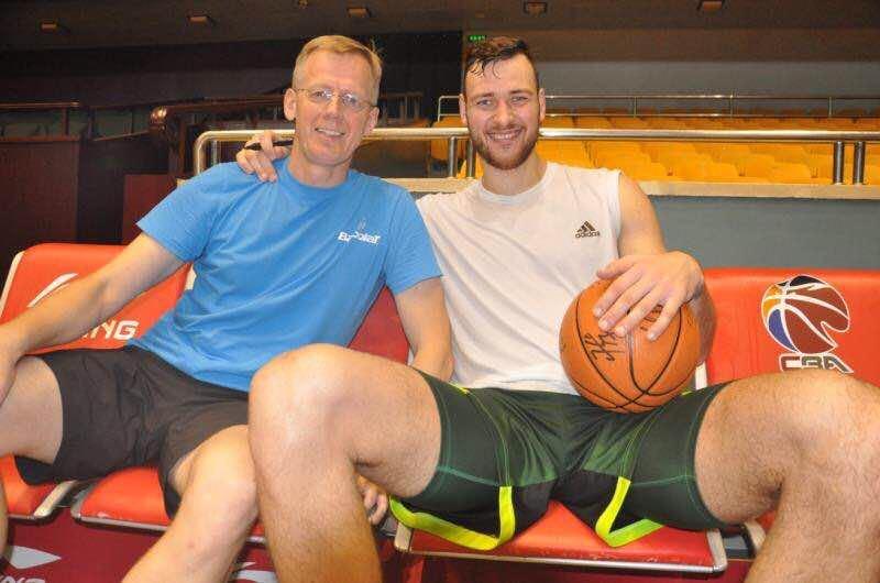 """Virginijus Mikalauskas dirba Kinijos klube """"Golden Stars"""", kuriame žaidžia Donatas Motiejūnas."""