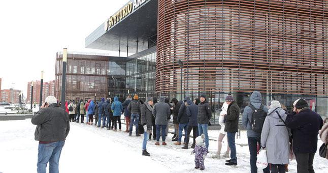 Kai kurie milžiniškose eilėse stovėję klaipėdiečiai pripažino, jog 12 val. vakar prasidėjusio bilietų pardavimo laukė nuo 8 val. ryto.