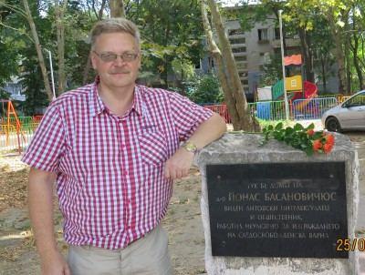 Valdemaras Mociškis šalia atminimo lentos.