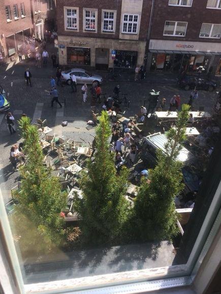 Miunsteryje automobiliui įsirėžus į minią žuvo keli žmonės