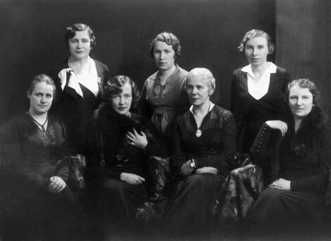 Lietuvos moterų tarybos valdyba. Pirmoje eilėje iš kairės: E. Gimbutienė, J. Tūbelienė, O. Mašiotienė, B. Biržiškienė. Antroje eilėje iš kairės: V. Račkauskienė, J. Sutkuvienė, Gužytė.
