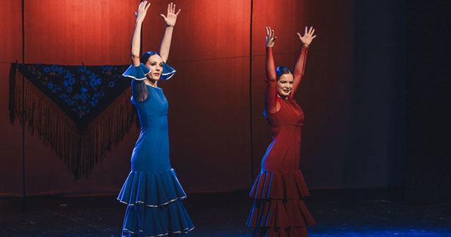 """Beata Molytė (su mėlyna suknele) ir Greta Seiliūtė praėjusį savaitgalį klaipėdiečiams pristatė savo pirmąjį flamenko šokio spektaklį """"Emocijos"""""""