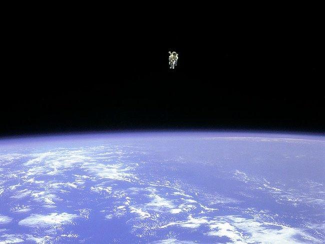 Bruce'as Mccandlessas laisvai skrajoja kosmose
