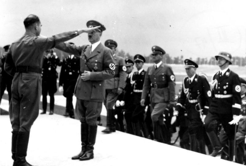 Rudolfas Hessas sveikina Adolfą Hitlerį per nacistų partijos suvažiavimą 1935-aisiais