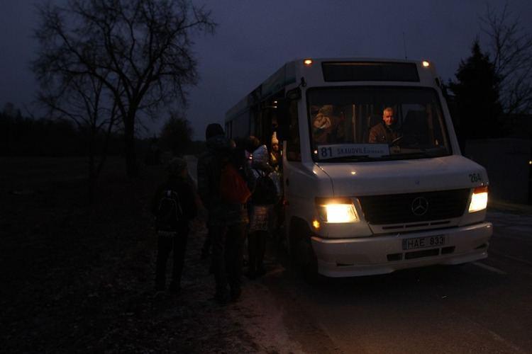 Mokyklon vežančio autobuso Norkiškės kaimo vaikai laukia aklinoje tamsoje