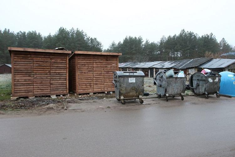 Gyventojams atlaisvinus vietą atliekų konteineriams, ji ilgai tuščia nebuvo – ją tuoj užstatė sandėliukais