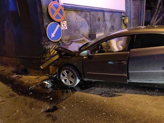 Klaipėdoje teisės vairuoti neturintis jaunuolis rėžėsi į namo sieną.