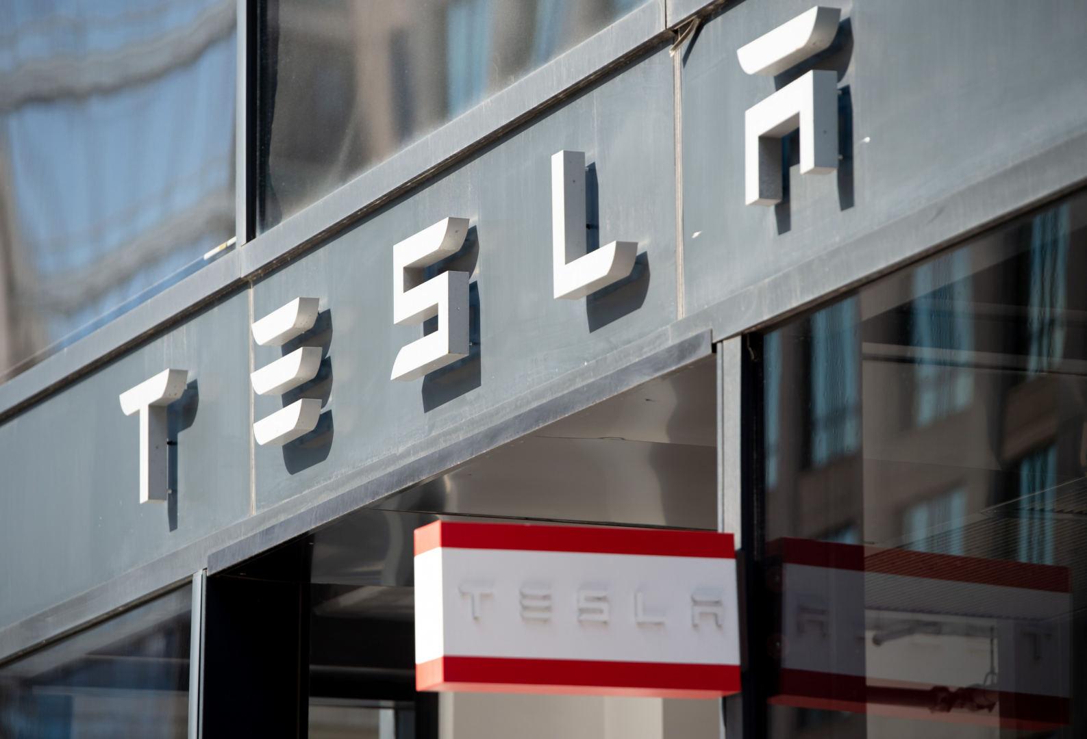 """Tesla"""" planuoja pasiūlyti klientams pigesnį automobilių"""