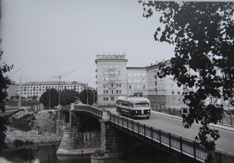 1-ojo maršruto troleibusas važiuoja Žvėryno tiltu 1958 m. Nuotr. L. Morozovo, LCVA
