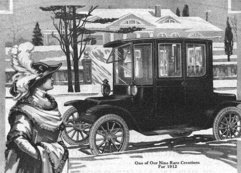 1912-ųjų Detroit Electric reklama – elektromobilių reklamose dažnai vaizduotos moterys, nes jiems nereikėjo stiprių rankų ar mechanikos žinių