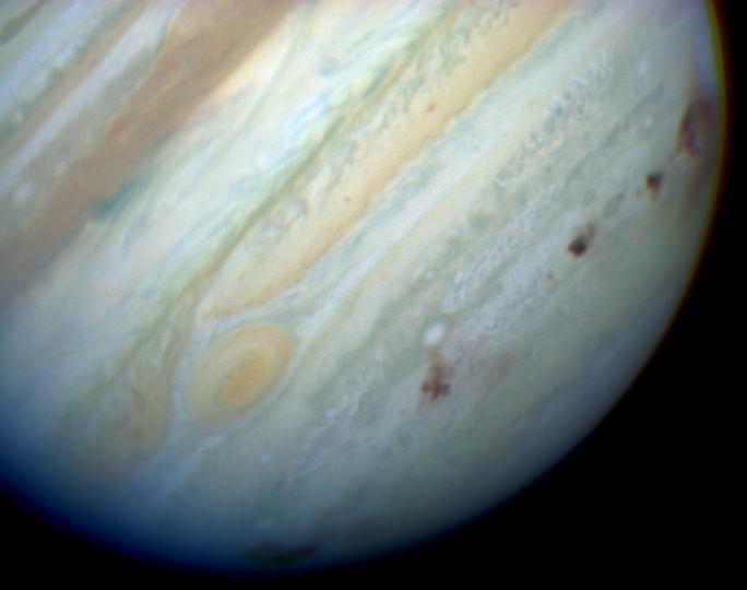1994 m. liepos viduryje Jupiterį atakavo kometa, jo atmosferoje palikdama tamsias dėmes – susidūrimo pėdsakus. Wikipedia.com