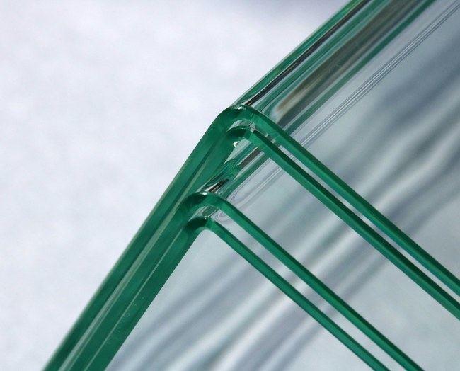 Stačiu kampu sulenktas stiklo lakštas