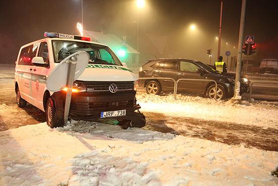 "Tauragėje ""Lexus"" susidūrė su policijos automobiliu"