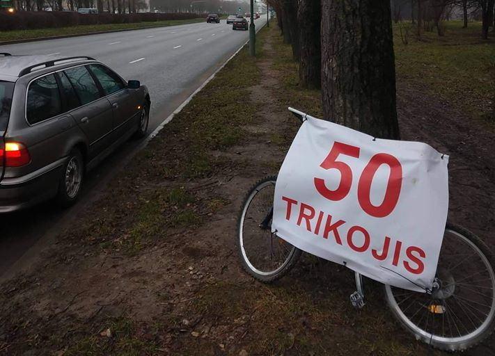 Klaipėdiečių grupelė įspėja vairuotojus apie netoliese stovinčius trikojus.