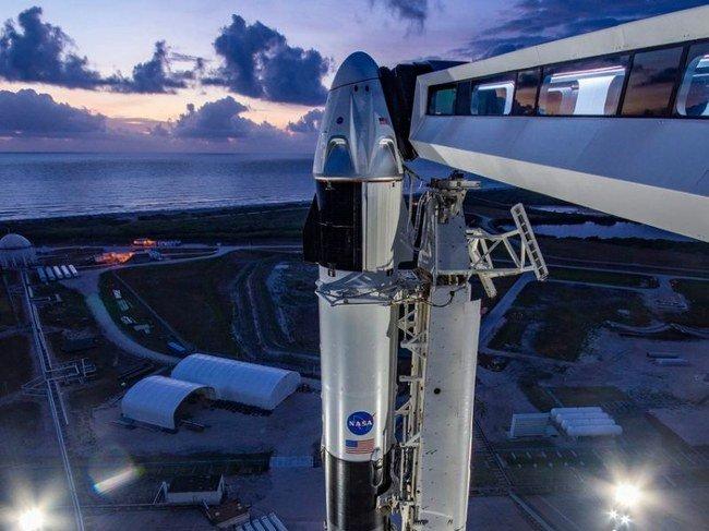 """""""SpaceX"""" raketa į kosmosą gabens astronautus  Robertą Behnkeną ir 53-ejų Douglasą Hurleyjų"""