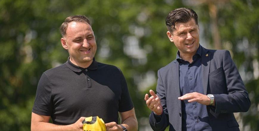 Alytaus miesto savivaldybės meras N. Cesiulis su kadenciją baigiančiu Lietuvos futbolo federacijos prezidentu T.Danilevičiumi