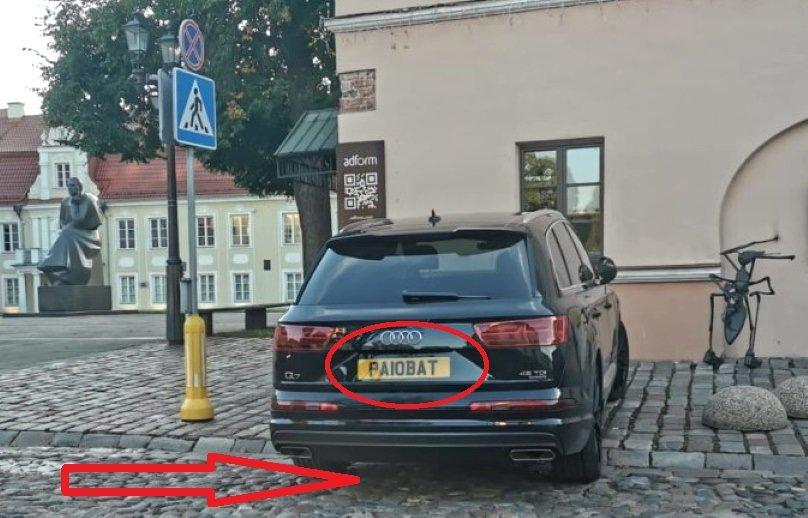 Emigranto Audi su dviprasmiškais registracijos numeriais