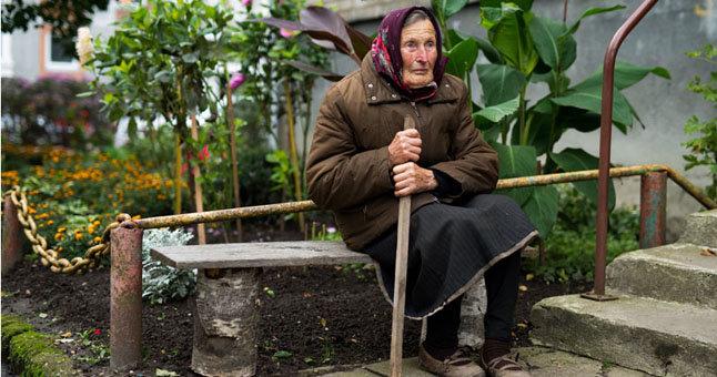 """102 metų klaipėdietė Marijona Gricienė ne tik kasdien pluša """"Šernų"""" sodų bendrijoje, tačiau ir tvarko Klaipėdoje šalia daugiabučio namo esantį darželį – gražiai sudėliojo akmenukus, augina gėles."""