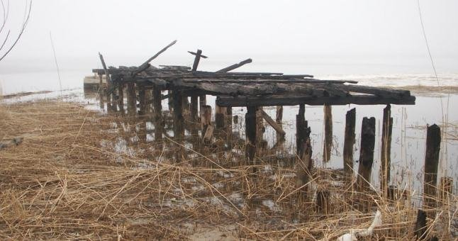 Unikalioje 2007 m. pavasarį darytoje nuotraukoje matyti buvusios sovietinės povandeninių laivų bazės tilto likučiai