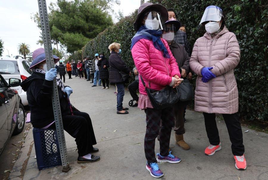 Amerikoje žmonės būriuojasi laukdami atliekamų vakcinos dozių