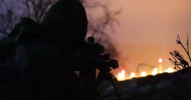 Lietuvos Kariuomenės KASP snaiperis, veikiantis kartu su JAV specialiųjų operacijų pajėgomis, stebi priešo pozicijas per naktinę žvalgybos misiją Jungtiniame tarptautiniame pasirengimo centre Hohenfels mieste, Vokietijoje, 2018 sausį per pratybas #AlliedSpirit VIII