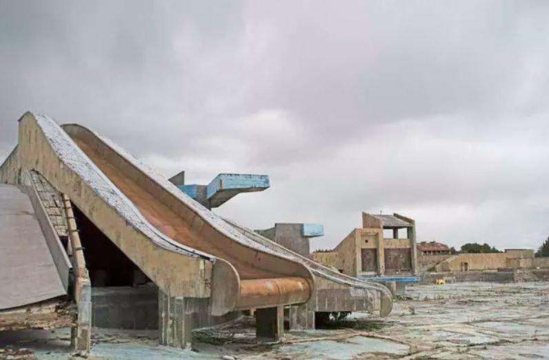 """Buvęs """"Lino"""" baseinas Palangoje, kuris kelia nostalgiją ne vienam vyresnės kartos žmogui. Apleistas. Rūdžių karalystė."""