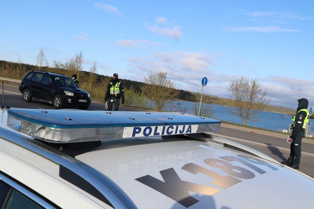 Kretingos rajone automobilis nuskriejo nuo tvenkinio skardžio