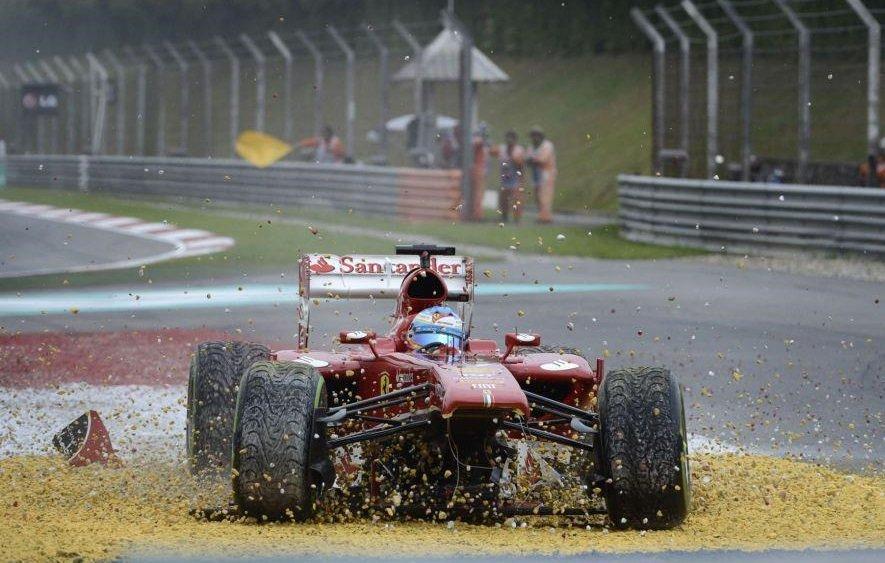 Fernando Alonso lekia į žvyrą per 2013-ųjų Malaizijos Grand Prix. (Erik-16, Wikimedia (CC BY-SA 3.0)