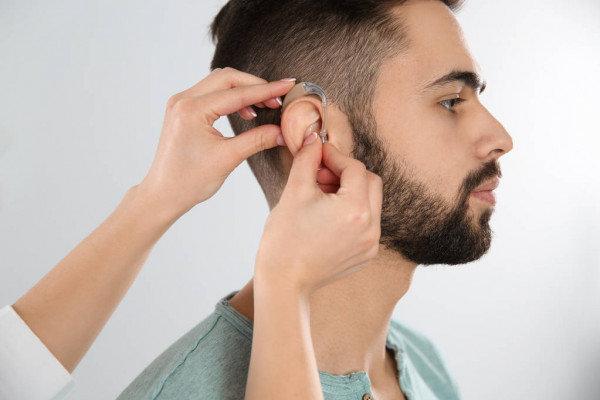 Gydytojai sklaido mitus apie klausos aparatus
