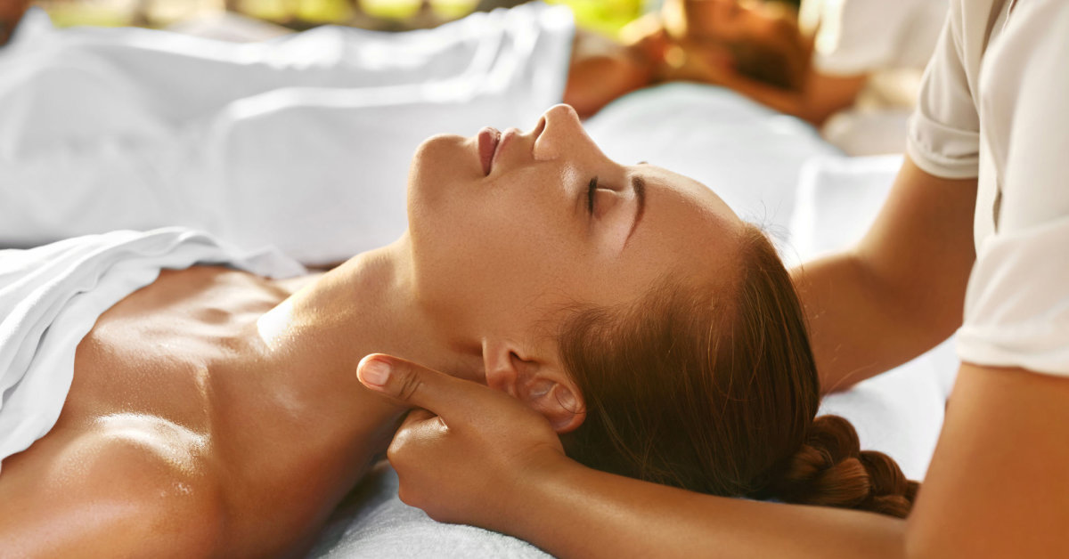 Amateur masseur oils up