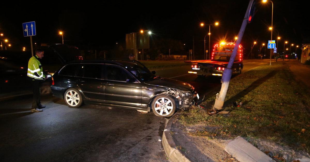 BMW vairuotojo paslydimas Panevėžyje: važiuodamas žiedine sankryža atsitrenkė į stulpą
