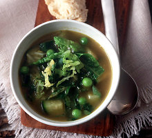 Prieskoniais pagardinta pavasariškai lengva daržovių ir žalumynų sriuba