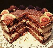 Aromatingas figų tortas su kava ir riešutais
