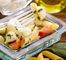 Makaronų salotos su mocarela