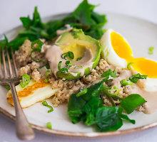 Maistingos salotos su halumio sūriu ir avokadais