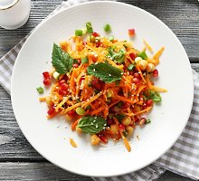Spalvingos morkų, apelsinų ir avinžirnių salotos