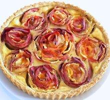 Pyragas su sidru ir obuolių rožytėmis