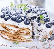 Blynų tortas su maskarpone ir uogomis