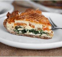 Nesaldus grikių miltų pyragas su rikotos sūriu, špinatais ir pomidorais