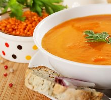 Trinta lęšių sriuba su traškiom bolivinėm balandom