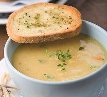 Paprasta, bet gardi žirnių sriuba su šonine ir daržovėmis
