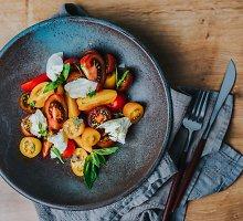 Įvairių pomidorų ir mocarelos salotos