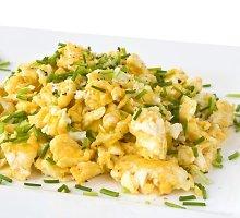 Špinatais pagardinti kepti plakti kiaušiniai