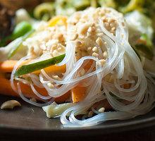 Greitai paruošiami azijietiško stiliaus makaronai su padažu ir agurkais