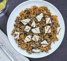 Šilta grikių mišrainė su morkomis ir baltuoju sūriu